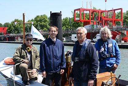 A bord de la Vigie le 4 juin 2013, des membres parisiens d'Amerami, Dominique Martel (trésorier adjoint), Thierry d'Arbonneau (président). Côté technique,  Jean Blanchard (trésorier) à la barre et Marc-André Dubout l'ingénieur-mécanicien.