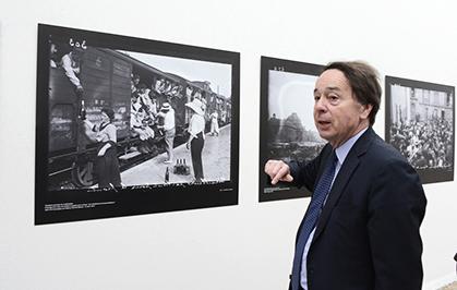 Jean-Noël Jeanneney commentant les images sélectionnées par la Parisienne de Photographie.