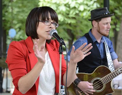 La chanteuse du groupe Jenix fait chanter le public.