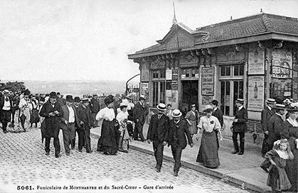 Arrivée du funiculaire. la rue du Cardinal-Dubois sera détachée de la rue Lamarck en 1930. L'escalier qui y conduit, parallèle au funiculaire, a été construit en 1882.