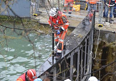 Le batardeau, le barrage qui retenait l'eau du bassin de la Villette va être ouvert puis ôté.