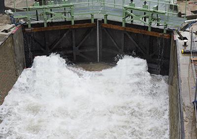 Les vantelles ouvertes l'eau retrouve le lit du canal