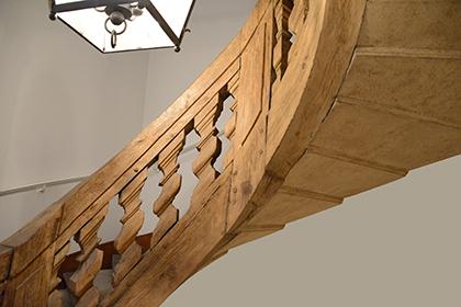 Un escalier remarquable mène dans les étages. Le musée est au sous-sol.