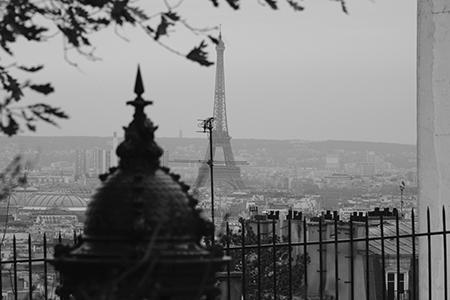 La Tour Eiffel devient une ombre dans le paysage parisien.