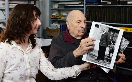Isabelle et Jean nous montrent un cliché de Jean Renoir.