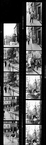 Pour les professionnel travailler en argentique impliquait de tirer une planche contact à partir du film négatif pour choisir les photos à agrandir.