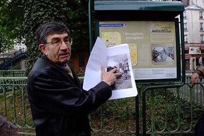 Jean Papoul archiviste des canaux commentant le panneau.