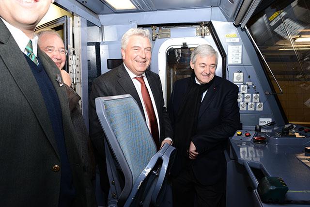 Dans la première rame officielle, le 23 mars 2013 : de g à d. , Jean-Paul Huchon, président du Stif et de l'Ile-de-France, Frédéric Cuvillier, ministre des Transports, de la Mer et de la Pêche et Pierre Mongin, président de la RATP.