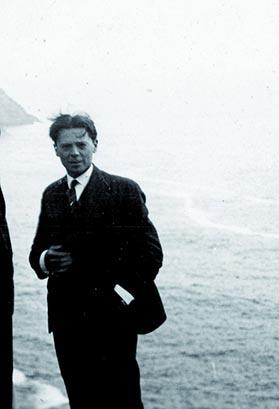 A la pointe de Pen Hir dans la presqu'île de Crozon, Jean Moulin avec ses parents  et sa soeur Laure. Eté 1930 Coll. Escoffier.