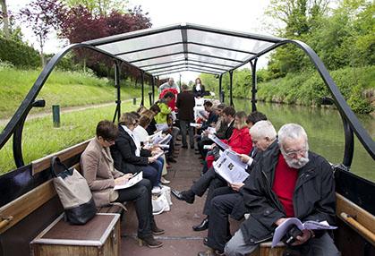 Le 30 mai à Villers-les Rigault, l'auditoire se penche sur le contenu de l'étude.
