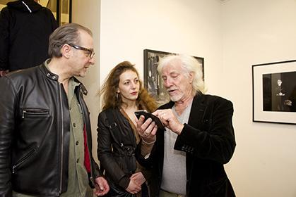 Hugues Aufray et des amis en visite à la galerie Seine 51.