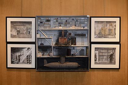Au centre, la scène de crime imaginée par Marc Giai-Minie   et  sur les côtés l'action mise en situation par Jacques de Loustal.