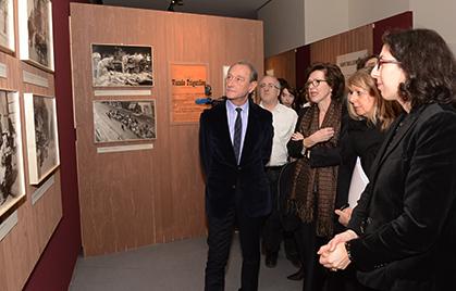 Près du Maire, André Gunthert et Emmanuelle Toulet les commissaires de l'exposition.