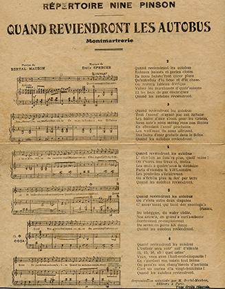 """A Montmartre Nine Pinson chante """"Quand reviendront les autobus"""", paroles de Bertal Maubon sur une musique d'Emile Spencer."""