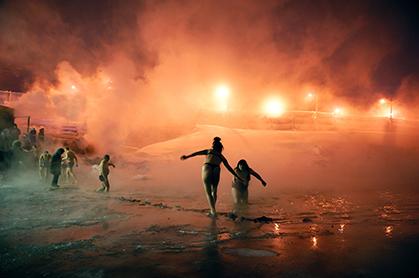 L'épiphanie orthodoxe, fin janvier, se célèbre traditionnellement par un bain des fidèles dans le lac de Norilsk.  Photo : Elena Chernyshova.