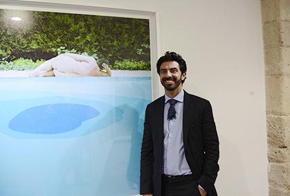 """Cyril Guernieri de la Galerie Rauchfeld devant """"Le bain"""" un des 4  grands formats en tirage unique : 150X150 cm"""
