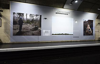 """Les photos sont réunies par série de trois. La troisième photo de cette série est celle de Delphine Schacher : """"Petite robe de fête"""" portrait de jeunes filles réalisés en Transylvanie."""