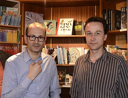 Après la conférence, un moment de convivialité entre le libraire David Cazals et le conférencier Thomas Le Roux.
