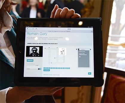 Pour découvrir autrement l'histoire des manuscrits sélectionnés, les fiches pédagogiques peuvent se consulter sur une tablette.