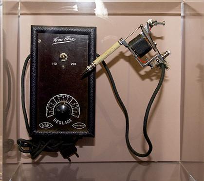 Machine à tatouer anglaise des années 50.