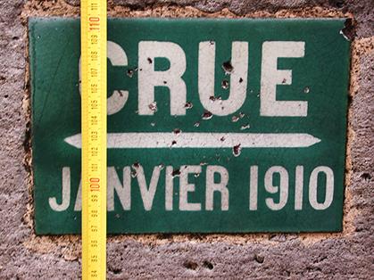 Paris garde la mémoire de cette crue qui a atteint 1m03 au-dessus du trottoir à l'angle du quai d'Anjou et du pont Sully.