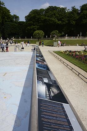 La planisphère Michelin qui  est installée devant la façade sud du Sénat est entourée de bandes-cartels, en français, anglais et allemand.