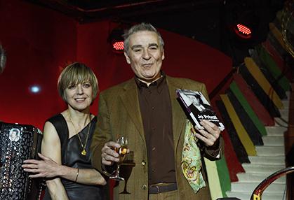 Claude Dubois, le soir de la remise du prix du Balajo pour son ouvrage biographique : Jo Privat, le frisson de Paname. A ses côtés la chanteuse qui ce jour là s'est produite avec Jo Privat junior. (décembre 2013)