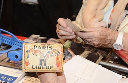 La pochette de photos de la Libération que Paulette Modaresse garde  précieusement.