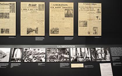 Les Unes des journaux accompagnent les documents et photos exposés.