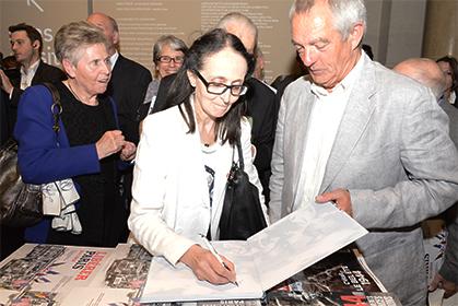 Séance de dédicace pour Christine Levisse-Touzé.