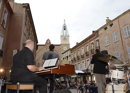 Orchestre de jazz Boogaloo, place Gambetta, face à la Cathédrale Saint-Jean Baptiste et sa tour de l'horloge récemment restaurée.