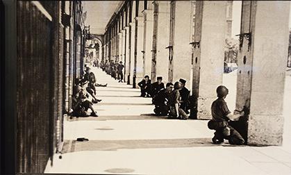 Combats rue de Rivoli (photo du fonds du fonds Gandner/musée du Général Leclerc de Hauteclocque et de la Libération de Paris- Musée Jean Moulin).