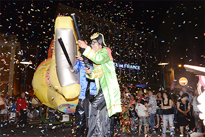 confettis et musique des Beatles pour la parade du Yellow Submarine.