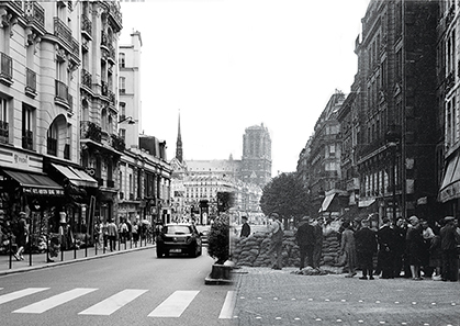 La partie gauche de la rue du Renard en 2014 (photo D. Germond)… La partie droite de la même rue en août 1944; une barricade barrait alors la totalité de la rue (photo fonds Gandner/musée du Général Leclerc de la libération de Paris-Musée Jean Moulin).
