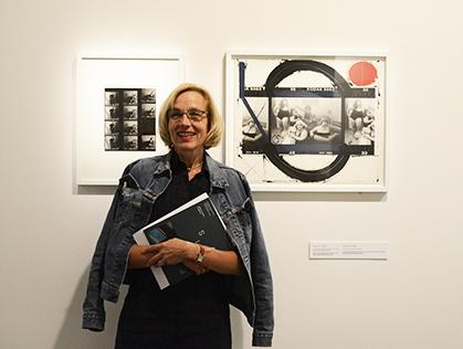 Claire Berger-Vachon, commissaire de l'exposition devant « Club Allegro Fortissimo, Paris 1990 », série « contact peint » de William Klein.