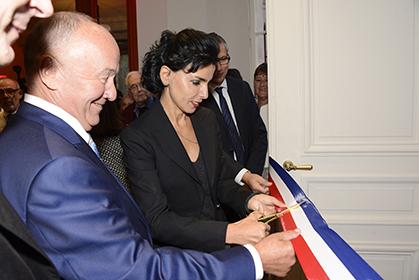 Rachida Dati et Gérard Lhéritier coupe le ruban, ouvrant la nouvelle salle d'exposition.