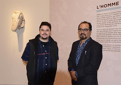 L'archéologue Mauricio Ruiz et l'épigraphiste Guillermo Bernal spécialiste de l'écriture Maya.