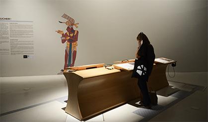 Un espace tactile présente quatre oeuvres reproduites en relief avec un dispositif audio pour faciliter la lecture tactile.