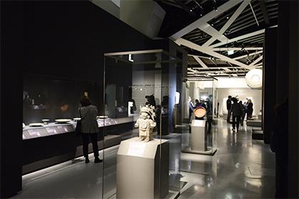 De nombreux objets du quotidien : plats, bols, récipients, mais aussi des bijoux, des statuettes...
