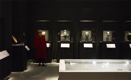 Une série de masques funéraires est exposée dans la salle qui présente les rites funéraires et le contenu de deux tombes, mais sans squelette, ni momie.