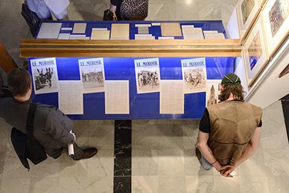 Des vitrines réunissent des lettres, documents inédits, des articles de presse.