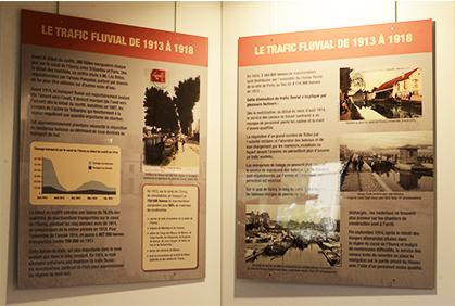 De grands panneaux informatifs et thématiques articulent l'exposition.