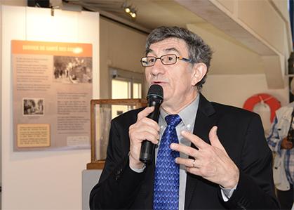 Jean Papoul présentant l'exposition.