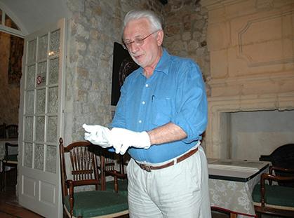 Lorsqu'en Arles, Lucien Clergue mettait ses gants pour nous montrer ses photos… Un moment de pure émotion…. Merci Monsieur l'Académicien...