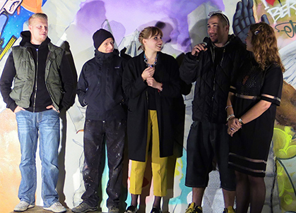 Les trois artistes en compagnie des deux étudiantes de l'Ecole Estienne lauréates du concours d'affiches organisé par l'Ecole Estienne.