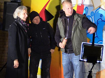Dieter va confier une bombe de couleur à l'Ambassadeur...