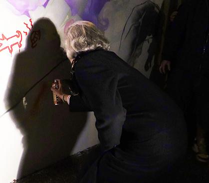 """Susanne Wasum-Rainer, Ambassadeur d'Allemagne, a ajouté sa signature  """"street art"""", unissant Paris et Berlin, sur ce mur franco-allemand."""