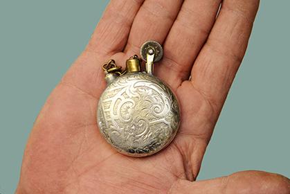 Ce briquet a été fait dans une montre (coll. particulière).