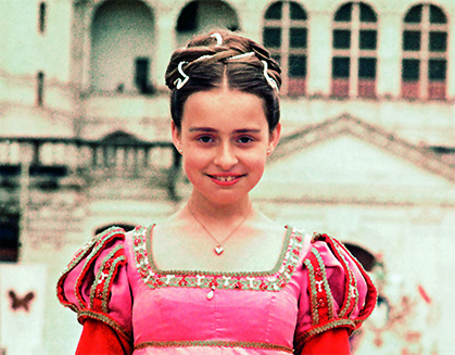 Rosalie, la fille d'Agnès Varda et Jacques Demy, 12 ans, portant son costume de princesse du Royaume rouge sur le tournage de Peau d'âne, 1970.Photographie © Alain Ronay.