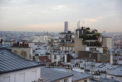 Des toits de Montmartre on peut voir au loin la tour Monparnasse...